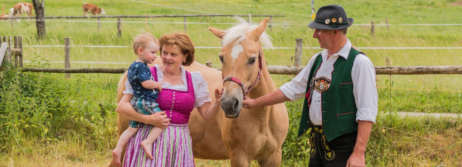 Annemarie und Sylvester Pölt mit Enkel